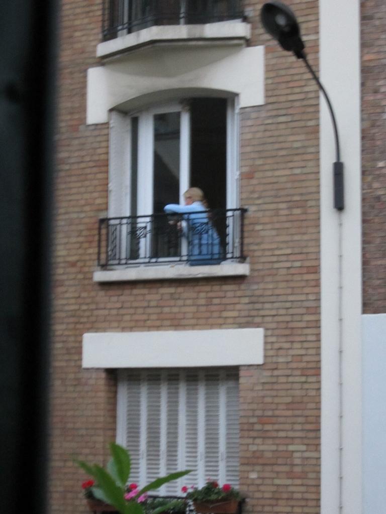 ma voisine pose pour edward hopper 20e arrondissement