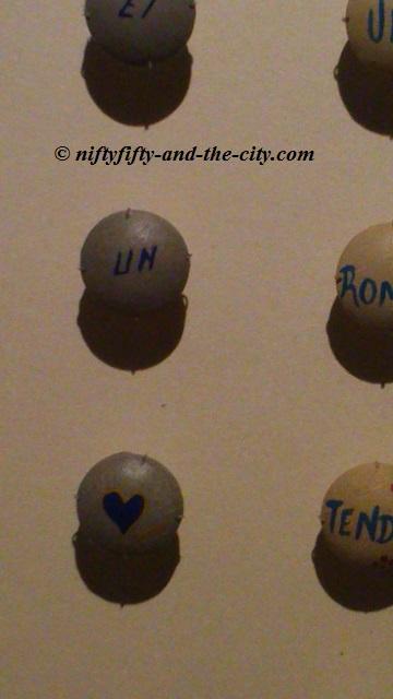 Message amoureux en 5 boutons : (une fleur et) un coeur