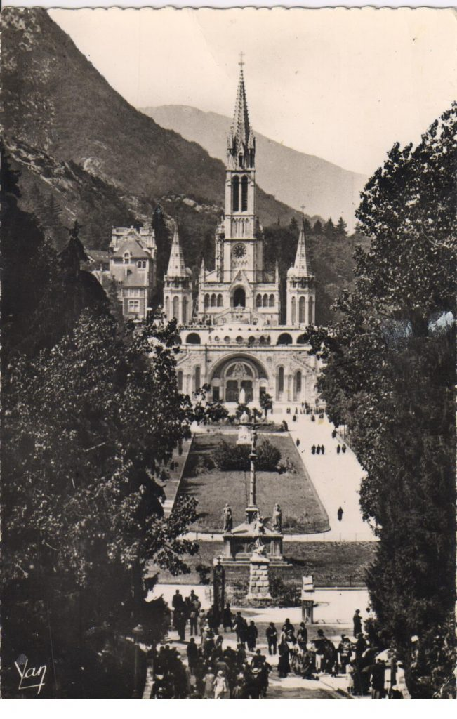 Lourdes l'esplanade et la basilique
